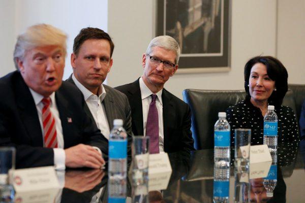 Mối quan hệ giữa CEO Apple và Tổng thống Trump