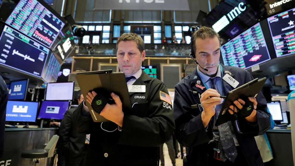 """Nhà đầu tư nên làm gì để """"không mất tiền"""" giữa """"cơn sóng"""" Covid-19?"""