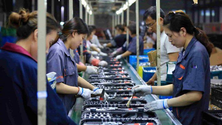Các nhà máy Trung Quốc đang sản xuất nhiều hơn, nhưng nền kinh tế vẫn rất mong manh