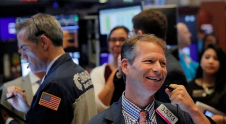 Dow Jones tiếp tục bứt phá hơn 500 điểm, lần đầu tiên vượt mốc 25.000 điểm kể từ Tháng 3