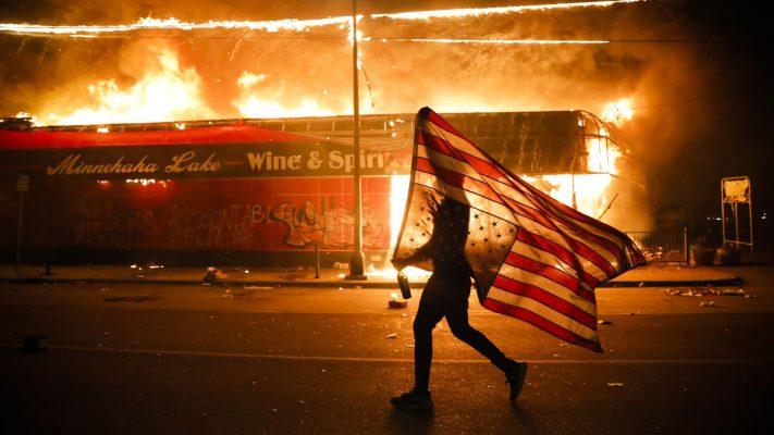 Vì sao cái chết của một người đàn ông lại có thể khiến nước Mỹ chìm trong khói lửa và bạo lực?