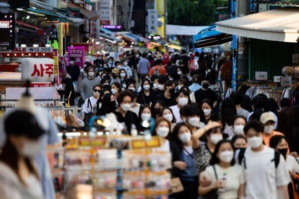 Hàn Quốc có kế hoạch tung ra gói cứu trợ đại dịch mới, với 80% hộ gia đình sẽ được phát tiền mặt.
